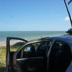 Vista da estrada de terra, é possível chegar de carro literalmente a 10m da praia