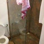 Banheiro (na foto parece que o box está sujo, mas é efeito da pintura)