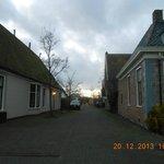 Kerkstraat met links De Vesting