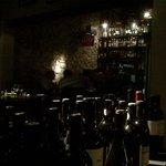 D'authentiques murs de pierre...et plein de bouteilles de vins locaux (excellents) à portée de m