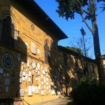 Museo Stibbert a Firenze, veduta esterna con gli stemmi