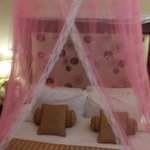 Queen bed for s couple with a romantic touch