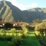 Hotel rodeado de montanhas