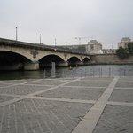 橋の向こうがシャイヨー宮、手前がエッフェル塔