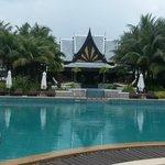 Вид на отель и бассейн ранним утром