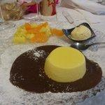 Budino di zabaione al moscato, macedonia di ananas al maraschino, gelato di crema con clistere a