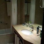 Salle de bains spacieuse et bien équipée