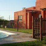 vista cabaña y piscina