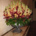 Букет из живых цветов в залах замка
