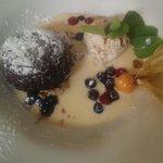 Lauwarmer Schokoladenkuchen mit Walnusseis