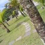 Jardim entre a praia e a pousada