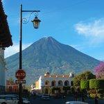 Plaza Principal y de fondo el Volcán.