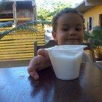 Meu filho tomando um iogurte no café da manhã.