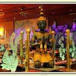Buddha kijkt uit over alle gasten