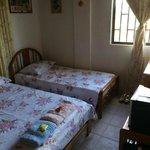 Habitación con cama doble y sencilla.