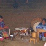 Mujeres torteando tortillas.
