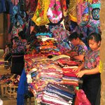 Puesto típico de ropa hecha por mujeres de la región.