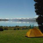 Vuesur le petit terrain de camping et le lac