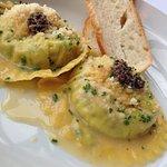 Ravioloni de gema de ovo caipira na manteiga e sálvia perfumado com azeite de tartufo branco (DU