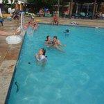 Con los chicos en la piscina.