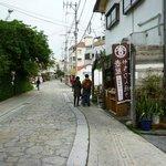 石畳の通りの両側に焼き物屋さんが点在している。