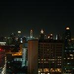 Вид из окна на ночной Бангкок