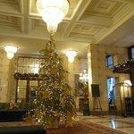 Decoración navideña en la entrada principal