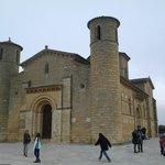 La parte delantera o frontal de la Iglesia.