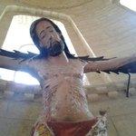 Imagen de un cristo que se encuentra en el altar.