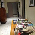 Le hall d'entrée avec brochures de la région