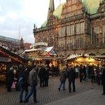 vista dall'esterno con mercatino di Natale