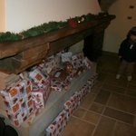 sala del camino con doni di natale