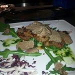 Tris di filetto con pesto di rucola e scaglie di tartufo nero