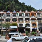 Отельчик находится в здании, где присутствуют еще несколько отелей
