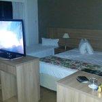 Quarto com boas camas, tv, mesa grande e cadeiras confortáveis, o que permite trabalhar com conf
