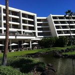 6 story Mauna Lani with the breakfast and lunch terrace