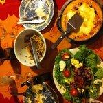 Salade, lasagne met kip en nog een restje pasta met tonijn