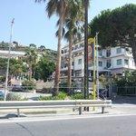 vista del l'albergo dalla strada/pistaciclabile