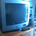 television muy anticuada y de muy mala calidad