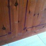 muebles muy desgastados y anticuados