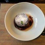 Tortino caldo al cioccolato, crema alle pere e mosto cotto d'uva