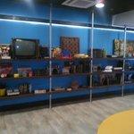 El Hostel cuenta con una planta de entretenimientos con libros, juegos y sillones.