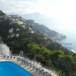 Veduta di Amalfi e della piscina dall'albergo