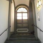 Escadaria de acesso ao hotel que fica no segundo andar.