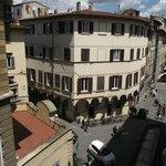 Rua Faenza e parte da Piazza Madonna Aldobrandini vistos da janela do quarto.