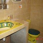 king bathroom, geckos in the sink