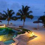 Pool mit Strand am Abend