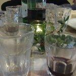tovaglia  e bicchieri in stile con l'ambiente