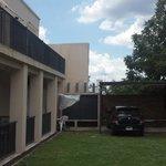 vista de balcones y estacionamiento