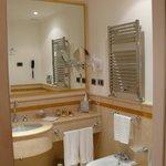 Une spacieuse salle de bain avec baignoire